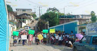 Padres de familia bloquean camino en Chumatlán