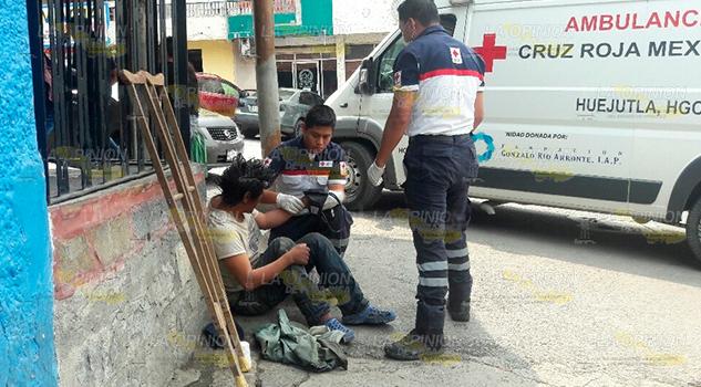 Paramédicos de CR auxilian a indigente en Huejutla, Hidalgo