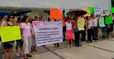 Protestan contra el ISSSTE en Tuxpan