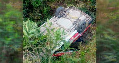 Se salva tras dramática volcadura sobre el camino Entabladero - Melchor Ocampo