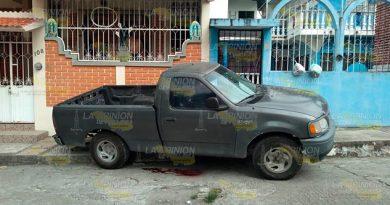 Ultiman a una persona dentro de una camioneta en Papantla