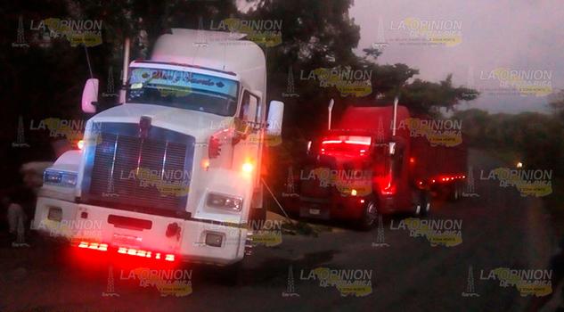 Vuelca tráiler cargado con maíz sobre la carretera Naranjos - Tamiahua