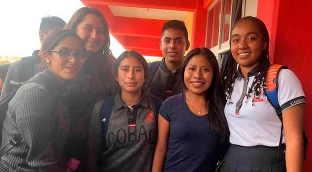 Yalitza dona computadoras en escuela de Tlaxiaco
