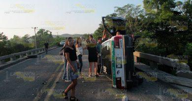 ¡Tráiler causa destrozos en la carretera hacia Tihuatlán!