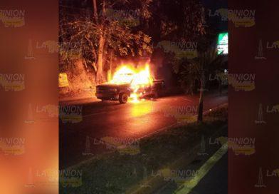 Arde una camioneta sobre la avenida Las Américas en Tuxpan