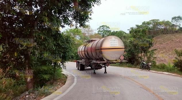 Abandonan pipa con gasolina para aviones en Tihuatlán