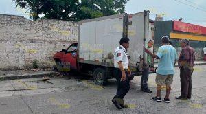 Camioneta choca contra una barda en la colonia Agustín Lara
