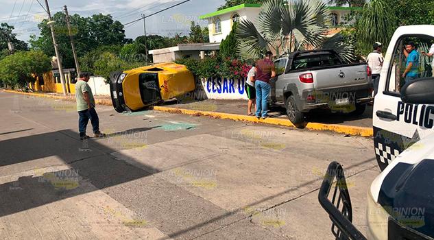 Camioneta de entrega de paquetería vuelca tras ser chocada
