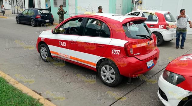 Chocan taxistas en el bulevar Independencia de Tuxpan