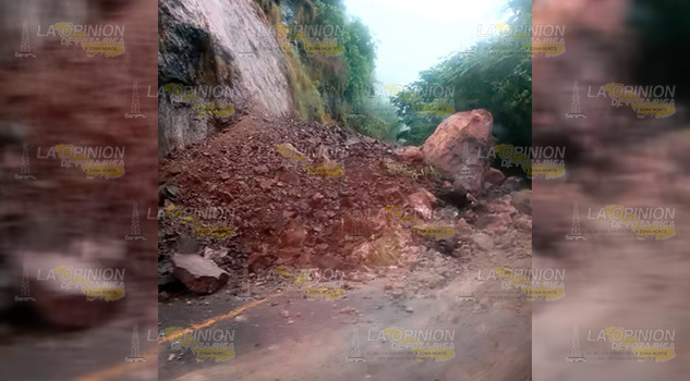Derrumbes bloquean carretera la carretera federal México - Tampico