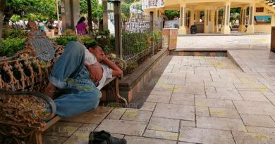 Indigentes se apoderan del parque Israel C. Téllez en Papantla