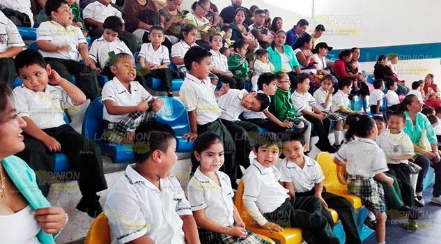 Polémica en Tuxpan por uniformes y ropa de gala para clausuras