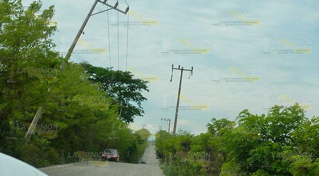 Postes a punto de caer en la carretera Entabladero – Melchor Ocampo