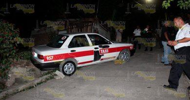 Taxi a punto de caer sobre vivienda en la colonia Las Valentinas de Poza Rica