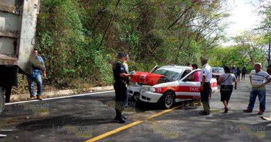 Taxi se impactó contra camión en el tramo Chicontepec - Ahuateno, cinco lesionados