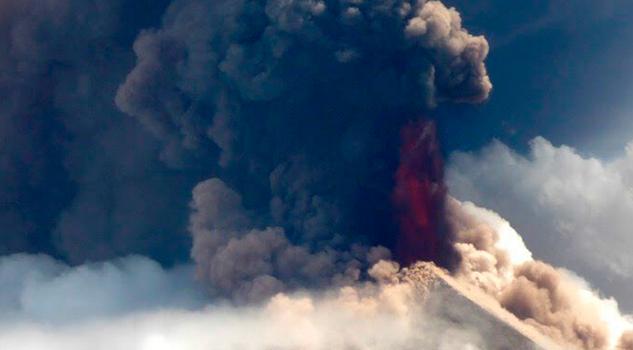 Volcán Ulawun, en Papúa Nueva Guinea, entra en erupción