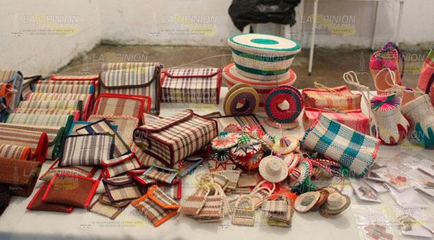 Artesanas de la localidad Mora Xilozúchitl, combinan trabajo artesanal