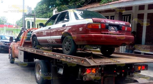 Aseguran taxi de procedencia extranjera en Tempoal
