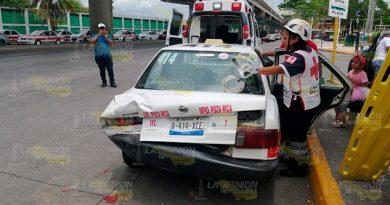 Camioneta choca contra taxi en Poza Rica; tres lesionadas