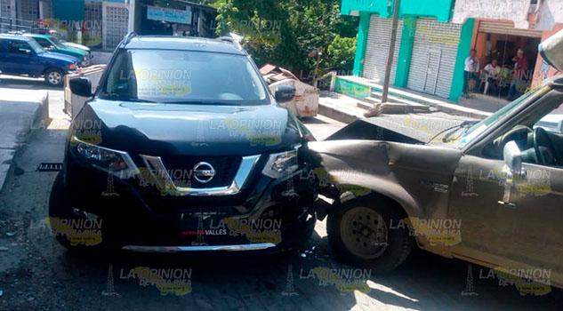 Choca contra vehículo estacionado en Tempoal