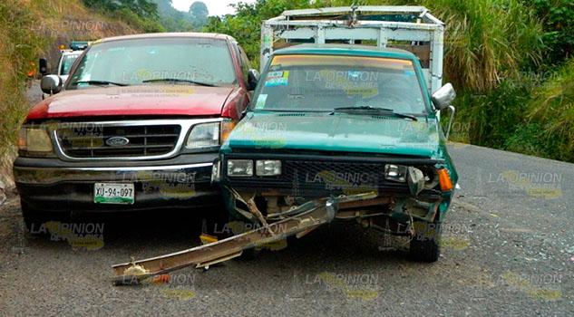 Choque deja daños materiales en la vía Atlapexco - Calnali