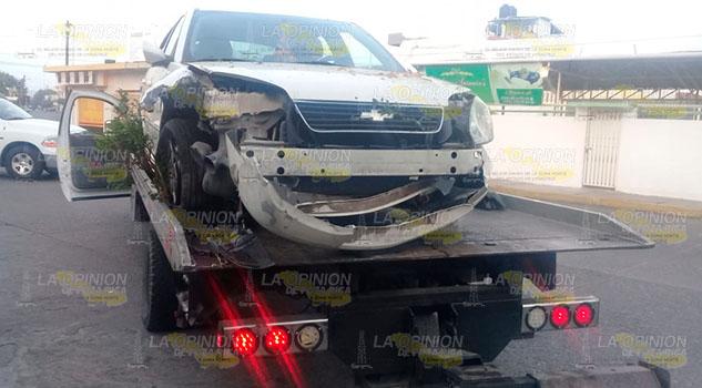 Choca su automóvil contra un domicilio en Poza Rica y lo abandona