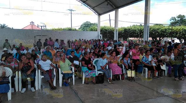 DIF entrega despensas a familias vulnerables de la Sierra de Puebla