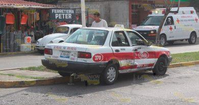 Jovencito estampó su cuatrimoto contra taxi en la colonia Tepeyac