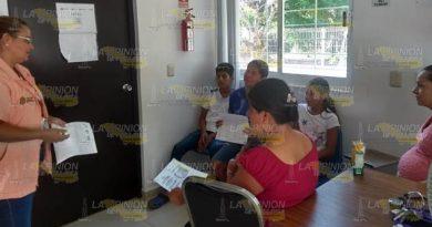 Orientan a jóvenes sobre planificación familiar en Castillo de Teayo