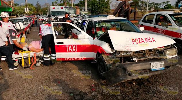Pasajera lesionada en choque de taxis frente al IMSS #24