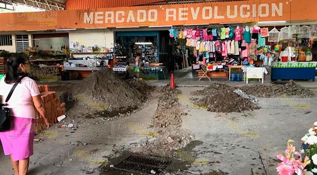 Rehabilitan red de drenaje del mercado Revolución en Tihuatlán
