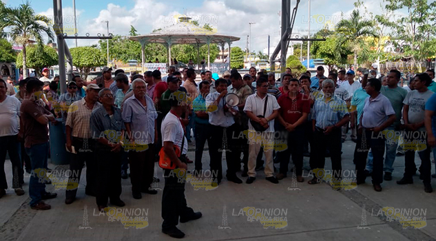 Se manifiestan taxista en la Fiscalía y Palacio Municipal en Álamo