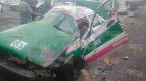 Taxi cae del puente Macuiltépetl y sobrevive en Xalapa