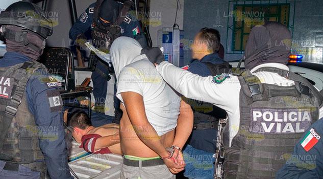 Tras choque, ejecutan a conductor frente a Tránsito