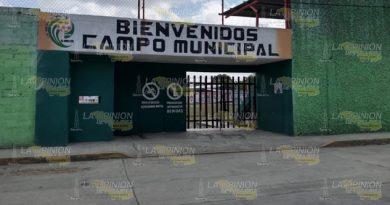 Deportistas se quejan, puertas cerradas en el municipal