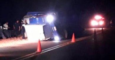 Aparatosa volcadura de tráiler sobre la carretera Tuxpan - Totomoxtle