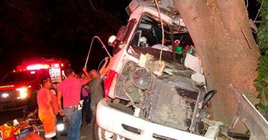 Autobús choca contra árbol en paraje del ejido Agua Nacida