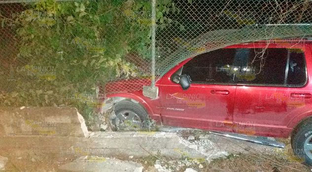 Camioneta se impacta contra barda sobre la carretera Alazán - Canoas