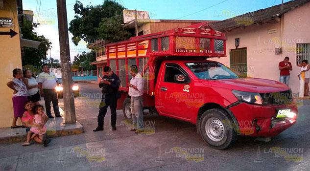Chocan 2 camionetas en Gutiérrez Zamora, uno de los chóferes escapó