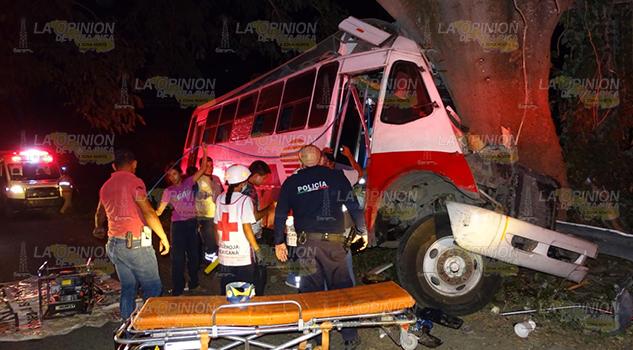 Chofer de autobús muere prensado en accidente en la carretera Álamo – Limonar