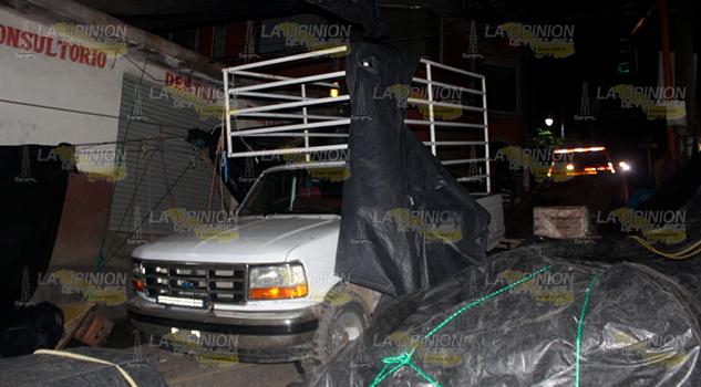 Ebrio arrasa con su camioneta puestos ambulantes en Tantoyuca