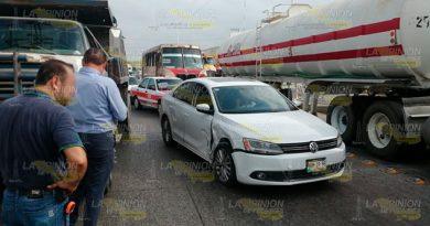 Pierde el control de su auto y la impacta un camión de volteo en Poza Rica