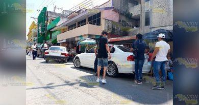 Por esquivar a un taxi choca contra automóvil de lujo en Tantoyuca