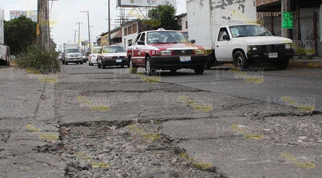 Sufren por baches en la avenida Puebla de Poza Rica