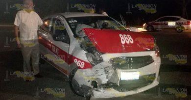 Taxi choca de forma intempestiva contra autobús en Tuxpan