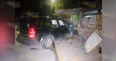 Destroza un domicilio con su camioneta en la Colonia barrio de Xico
