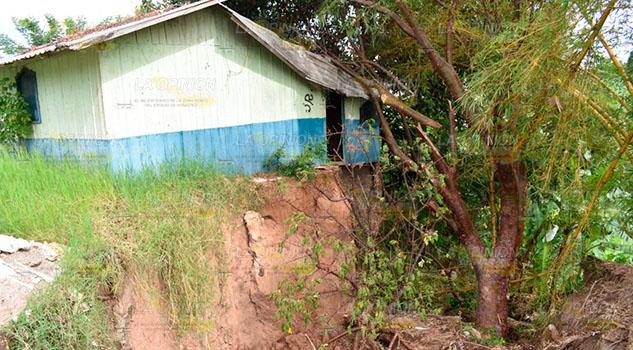Alcaldesa supervisa hundimiento de tierra que afecta a vivienda en Tlapacoyan
