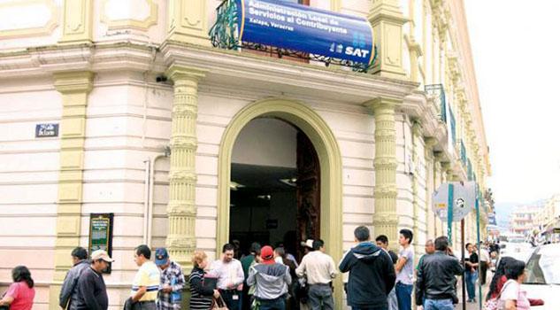 Detienen a Auditora del SAT en Xalapa, Veracruz