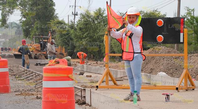 Hombres y mujeres trabajando en la carretera Poza Rica - Coatzintla