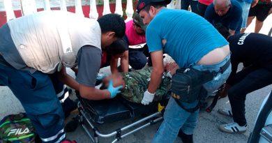 Motociclista grave; chocó contra una barda escolar en Estero del Ídolo
